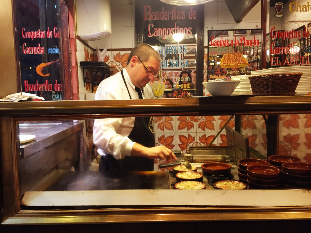 Prepping the gambónes. Best tapas in Madrid.