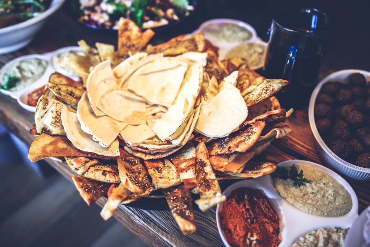 How to Find the Best Food While Traveling - Passport & Plates